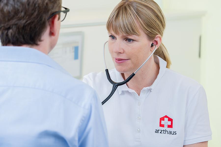 Ärztin hört Herzen von Patienten mit Stethoskop ab