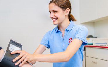 MPA misst Blutdruck bei Patientin